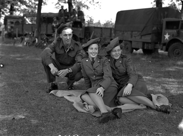 Lance-Corporal A.W. Hartung with Pipers Flossie Rose (centre) and Mona Michie of the Canadian Women's Army Corps (C.W.A.C.) Pipe Band, Zeist, Netherlands, 25 August 1945.