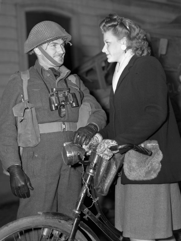 An unidentified Canadian officer talking with a Belgian woman, Ghent, Belgium, 8 November 1944.