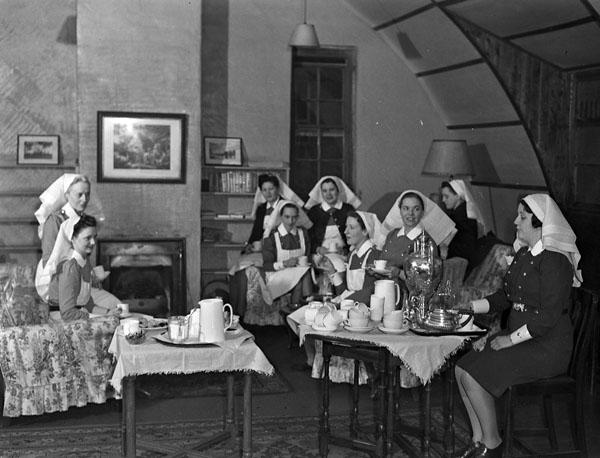 Nursing sisters having tea, No.8 Canadian General Hospital, Royal Canadian Army Medical Corps (R.C.A.M.C.), Aldershot, Hampshire, England, 24 November 1943.