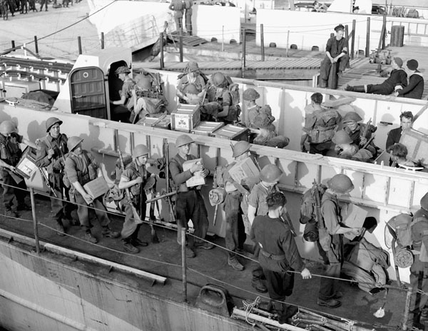 Infantrymen of The Stormont, Dundas and Glengarry Highlanders loading supplies aboard LCI(L) 252 of the 2nd Canadian (262nd RN) Flotilla during Exercise FABIUS III, Southampton, England, ca. 1 May 1944.