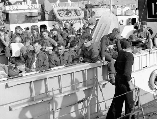 Infantrymen of The North Nova Scotia Highlanders aboard LCI(L) 135 of the 2nd Canadian (262nd RN) Flotilla during Exercise FABIUS III, Southampton, England, ca. 1 May 1944.