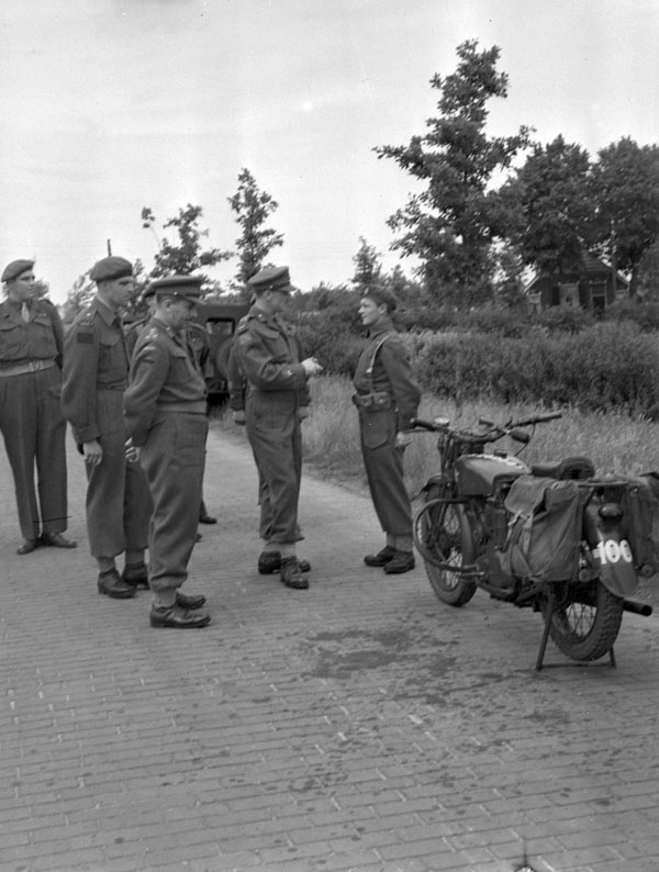 Brigadier J.D.B. Smith talking with Private J.A. Braconnier, a despatch rider with the 10th Canadian Infantry Brigade, Rijssen, Netherlands, 30 May 1945.
