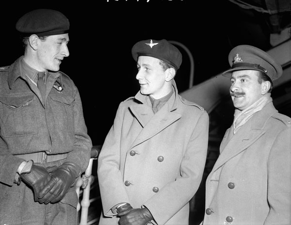 Unidentified personnel en route to Canada on rotation leave. Officer at left is a member of the 1st Canadian Parachute Battalion. The officer on the left is a member of the 1st Canadian Parachute Battalion.