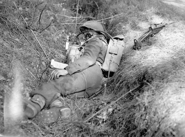 A signalman of The Royal Regiment of Canada with a No.18 wireless set near Dingstede, Germany, 25 April 1945.