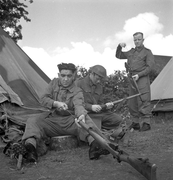 Infantrymen of The North Nova Scotia Highlanders cleaning their rifles, England, 9 June 1943.