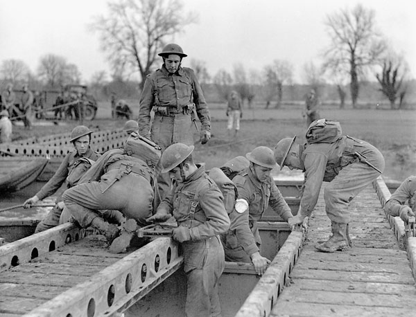 Personnel of the 9th Field Squadron, Royal Canadian Engineers (R.C.E.), staging a bridging demonstration for British journalists, Wallingford, England, 26 January 1943.