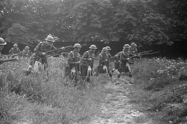 Infantrymen of a Canadian Highland regiment of the 1st Canadian Infantry Division during a training exercise, Croydon, England, 21 September 1941.
