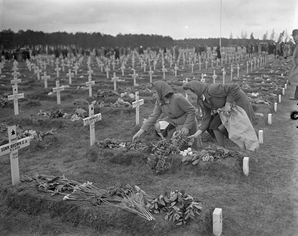 Women placing flowers on the graves of Canadian soldiers, Bergen-op-Zoom, Netherlands, 5 May 1946.