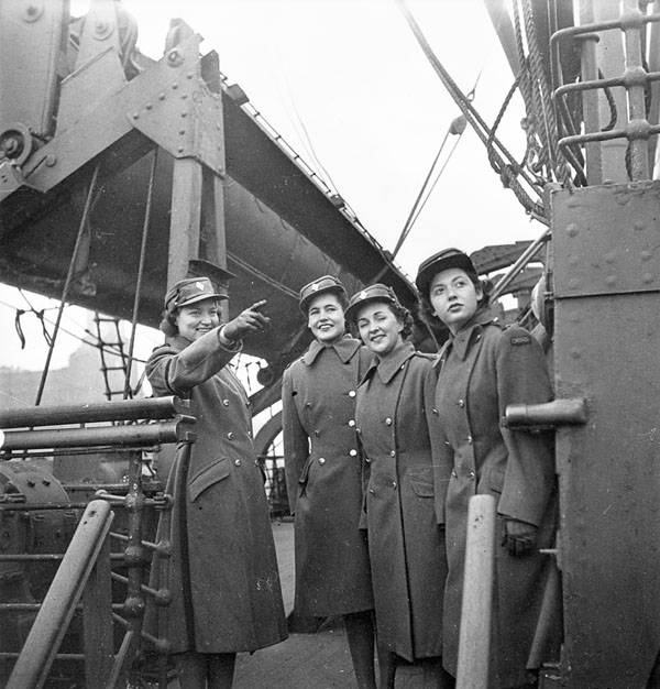 Unidentified members of the Canadian Women's Army Corps (C.W.A.C.) preparing to disembark from a troopship, Gourock, Scotland, 31 March 1943.