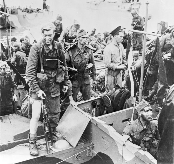 Unidentified Canadian soldiers who took part in Operation JUBILEE, the Dieppe raid, returning to England, 19 August 1942.