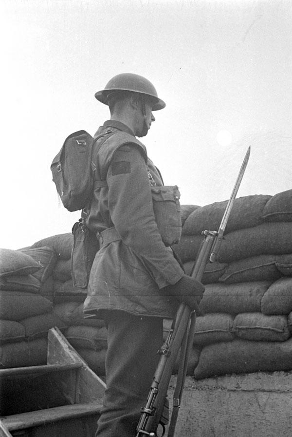 An unidentified infantryman of Le Régiment de Maisonneuve on guard duty somewhere on the southeast coast of England, 13 January 1942.