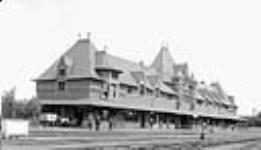 MIKAN 3192619 Canadian Pacific Railway Station, Moose Jaw, Sask.  ca. 1909. [Canadian Pacific Railway Station, Moose Jaw, Sask., ca. 1909.]