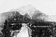 MIKAN 3336420 View of  town & Cascade Mountain. ca. 1900-1925 [View of town & Cascade Mountain., ca. 1900-1925]