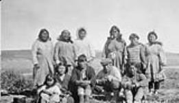 MIKAN 3628887 Groupe d'Inuits non identifies. s.d. [1929]. [Groupe d'Inuits non identifies., s.d. [1929].]