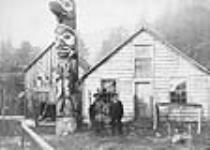 MIKAN 3367322 [Tlingit Chief Kasheesh (Johnson) and his Totem]  [ca. 1885]. [73 KB, 640 X 455]
