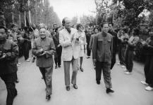 Prime Minister Rt. Hon. Pierre E. Trudeau walking in a street with officials (Deng Xia Ping is second from left). Mrs. Trudeau can be seen in background. 1973 [103 KB, 760 X 524]