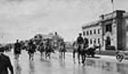 MIKAN 3623322 Défilé de membres de la milice à cheval. ca 1915 [46 KB]