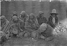 MIKAN 3243020 [Group of Indigenous peoples seated on the ground]. Original title: Indians [graphic material] 1933 [146 KB, 1000 X 685]