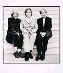 MIKAN 4169902 Yvonne, Cécile et Annette Dionne  1999. [104 KB, 600 X 691]