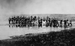 MIKAN 3624689 Membres du Bataillon provisoire d'Halifax traversant un ruisseau. 1885. [Membres du Bataillon provisoire d'Halifax traversant un ruisseau., 1885.]