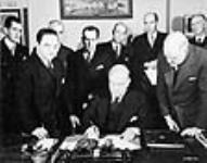MIKAN 3217585 Rt. Hon. W.L. Mackenzie King ratifying the Canada-Brazil Trade Agreement. 1942 [60 KB, 640 X 501]
