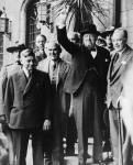 MIKAN 3624068 Hon. Winston Churchill et W.L. Mackenzie King avec les parliamentaires au Chateau Frontenac pour le conférence de Québec  [entre le 12-16 septembre 1944]. [56 KB, 480 X 592]