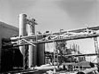 MIKAN 3626784 Des ouvriers de la construction installent des tuyaux à l'usine Welland Chemical. avril 1941 [60 KB, 640 X 476]