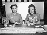 MIKAN 3626914 À l'usine Cherrier, des femmes roulent des morceaux de papier. mai 1941 [55 KB]