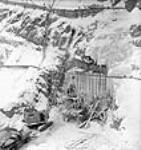 MIKAN 3625482 Des ouvriers versent du béton dans des wagonnets à la galerie B lors du projet d'aménagement hydroélectrique de Shipshaw. janv. 1943 [64 KB, 453 X 480]