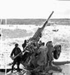 MIKAN 3625636 Au champ de tir de Valcartier, des ouvriers tirent avec un canon de 3,7. févr. 1943 [47 KB, 451 X 480]