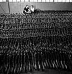 MIKAN 3625261 À l'usine John Inglis Company, des fusils-mitrailleurs Bren sont étiquetés pour expédition en Inde. Toronto (Ontario) avril 1944 [74 KB, 470 X 480]