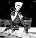 MIKAN 3625078 Agnes Wong assemble des pistolets-mitrailleurs Sten fabriqués pour la Chine par la société Small Arms Ltd. avril 1944 [36 KB, 457 X 480]