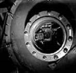 MIKAN 3627758 Vue d'un appareil radio mis à l'essai dans une chambre à vide dans laquelle il est soumis à des altitudes simulées de 50 000 pieds ou plus à l'usine RCA Victor. juil. 1944 [45 KB, 504 X 480]