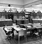 MIKAN 3628195 Des ouvriers dans la salle de commande de la centrale électrique de Queenston. mars 1944 [56 KB, 460 X 480]