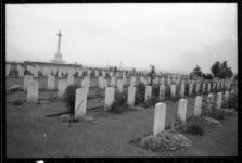 MIKAN 3612708 War graves. n.d. [121 KB, 1500 X 1005]