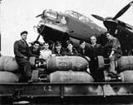 MIKAN 3662034 L¿équipage et le personnel de pistedu 428e Escadron (Ghost), ARC, et un aéronef Avro Lancaster B.X KB760 NA:P, surnommé «P-Peter», qui a servi à la 2 000e sortie de l¿Escadron, un raid sur Bremen, en Allemagne. 18 août 1944. [79 KB, 600 X 472]