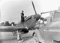 MIKAN 3662049 Un aviateur non identifié réapprovisionne en combustible un aéronef Hawker Hurricane I du 1er Escadron (F), ARC. 6 octobre 1940. [56 KB, 600 X 435]