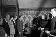 MIKAN 4401426 Dévoilement du buste de St. Laurent dans les appartements du Président du Sénat. 1976  1976 [162 KB, 1000 X 659]