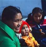 MIKAN 4317002 Femme inuite [Cecile Kinniksie] et deux enfants [Angelina Kenniksie-Ketuk, Lucy Akammak], à Arviat  1979. [143 KB, 1000 X 1011]