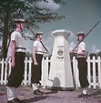 MIKAN 4317262 Une sentinelle est relevée de son poste, Camp Ewing, Choisy. août 1949 [Une sentinelle est relevée de son poste, Camp Ewing, Choisy., août 1949]
