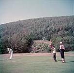 MIKAN 4317377 Un homme, une femme et un jeune garçon jouant au golf près de Clyhura Brooks sur le terrain de golf du parc national des Hautes-Terres-du-Cap-Breton  août 1950 [Un homme, une femme et un jeune garçon jouant au golf près de Clyhura Brooks sur le terrain de golf du parc national des Hautes-Terres-du-Cap-Breton, août 1950]