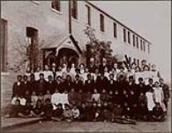 MIKAN 3316050 Regina Indian Residental School, students and school personnel, Saskatchewan, 1908  1908. [Regina Indian Residental School, students and school personnel, Saskatchewan, 1908, 1908.]