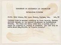 MIKAN 4365294 FrankGervais, agriculteur du district de Chatham, observe attentivement le débit du soja, alors que la récolte progresse dans le Sud-Ouest de l'Ontario. Les fèves sont transférées d'une moissonneuse-batteuse à un wagon pour être emportées vers l'entrepôt ou le silo. octobre 1958 [FrankGervais, agriculteur du district de Chatham, observe attentivement le débit du soja, alors que la récolte progresse dans le Sud-Ouest de l'Ontario. Les fèves sont transférées d'une moissonneuse-batteuse à un wagon pour être emportées vers l'entrepôt ou le silo., octobre 1958]