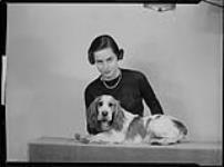 MIKAN 4314902 Chrysler, Mlle Phillipa avec un chien. 4 janvier 1937 [Chrysler, Mlle Phillipa avec un chien., 4 janvier 1937]
