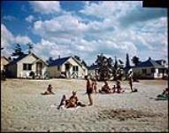 MIKAN 4311936 Tourist cabins at Wasaga Beach, Ont.  1949. [239 KB, 1000 X 783]