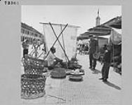 MIKAN 4313582 Le capitaine W. M. Parker fait des emplettes au marché de Battambang, Cambodge. mai 1955 [Le capitaine W. M. Parker fait des emplettes au marché de Battambang, Cambodge., mai 1955]