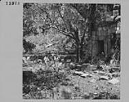 MIKAN 4313589 Le capitaine W. M. Parker et le major C. H. Graham visitent un vieux temple à Bat'eay Phnom. mai 1955 [Le capitaine W. M. Parker et le major C. H. Graham visitent un vieux temple à Bat'eay Phnom., mai 1955]