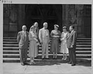 MIKAN 4313691 Le député E. O. Gingras pose sur les marches de l'édifice du Parlement en compagnie d'électeurs en visite, Ottawa. juin 1955 [Le député E. O. Gingras pose sur les marches de l'édifice du Parlement en compagnie d'électeurs en visite, Ottawa., juin 1955]