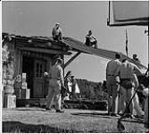 MIKAN 4324880 Des acteurs et des membres de l¿équipe de production sur le plateau du film «Les Chevaliers du ciel». 1941 [184 KB, 1000 X 893]