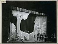 MIKAN 4318096 Gratien Gélinas jouant Fridolin dans une scène des «Fridolinades». mars 1945 [143 KB, 1000 X 760]